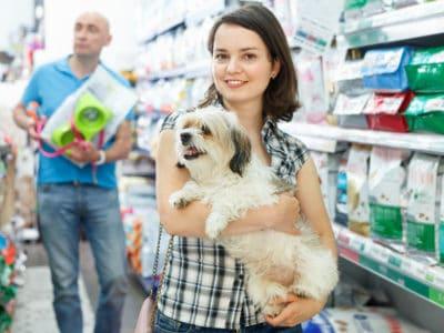 Mit dem Hund im Baumarkt einkaufen