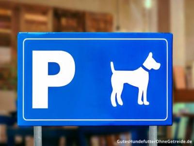 Hunde müssen vor dem Geschäft warten